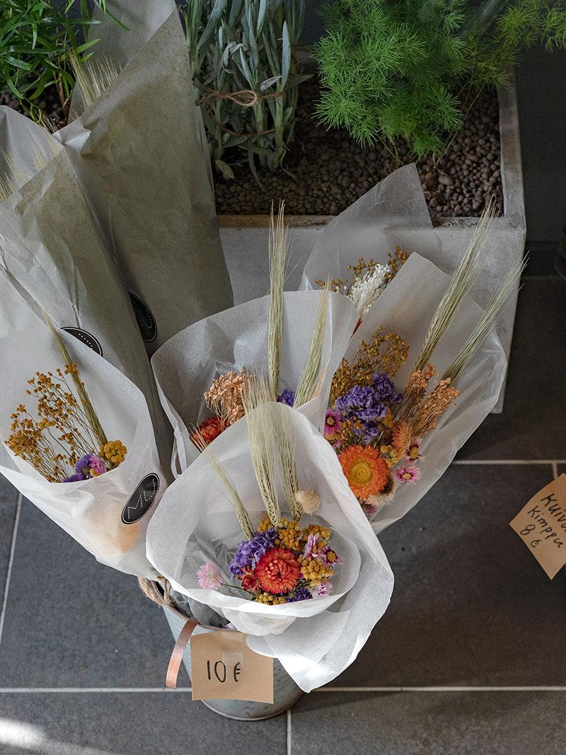 Kukkakimppuja Hakaniemi, Helsinki. Kukat ovat MU Filosofia kukkakaupasta.
