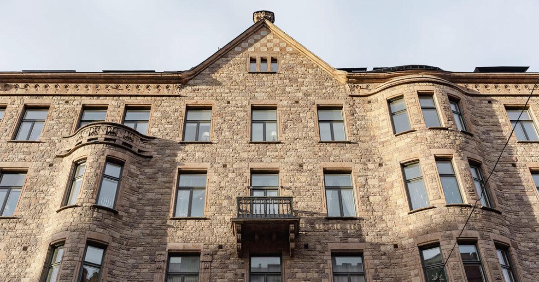 Tukholmassa auringonvalo osuu vanhaan tiilirakennukseen. Joulukuussa 2019 otettu kuva Tukholman Östermalmilta.